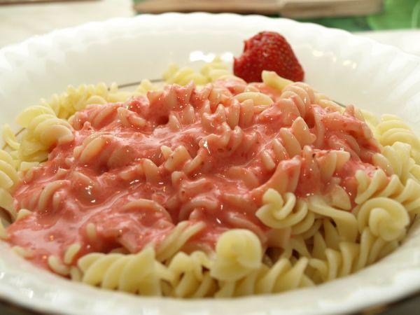 Ogl±dasz fotografie z Witryny Kulinarnej Makaron z truskawkami